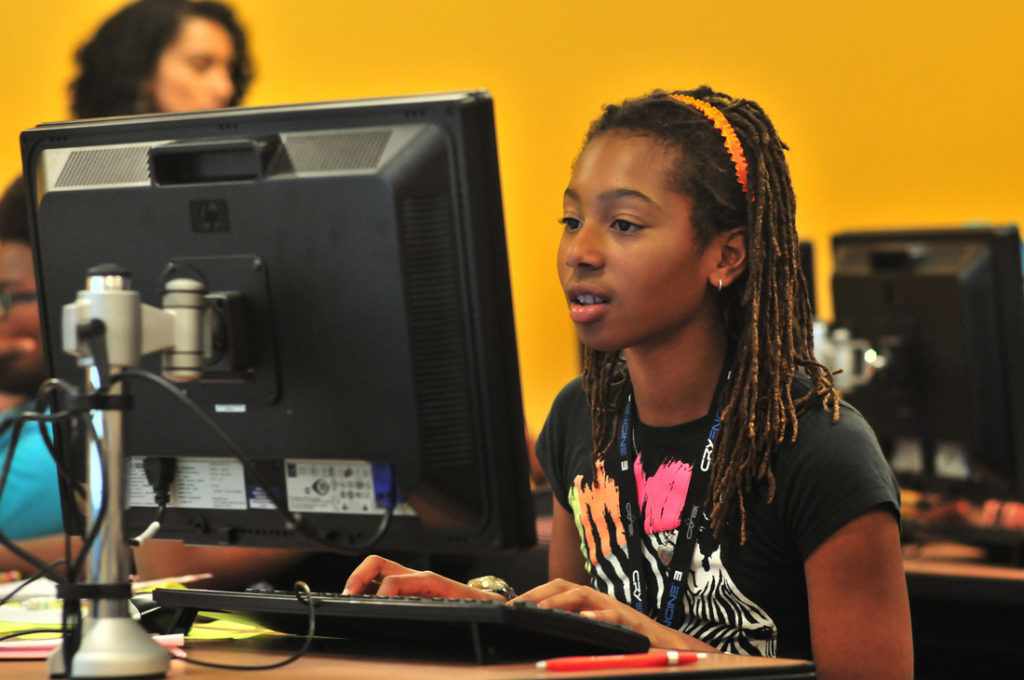 A girl from Black Girls Code on a PC - Newslibre