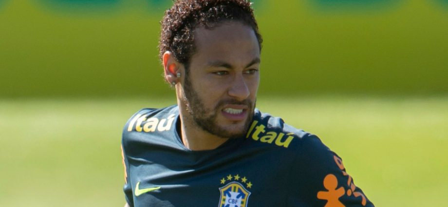 Neymar Limps Off With an Injury During Brazil's Training 1